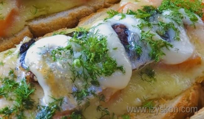Такие же бутерброды со шпротами можно сделать и с черным хлебом.