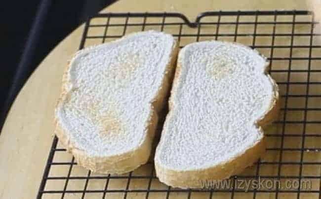 Подсушиваем хлеб в тостере или в духовке.