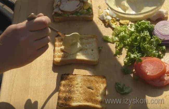 Покрываем соусом второй ломтик хлеба.