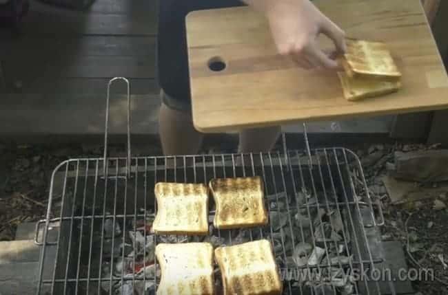 Обжариваем на гриле хлеб с двух сторон.