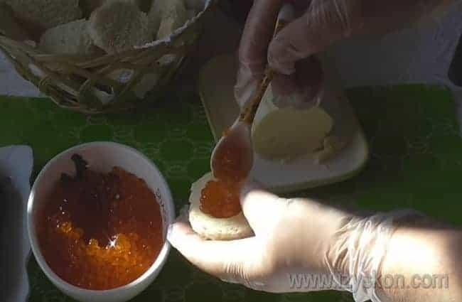 В отверстие в хлебе кладем икру.