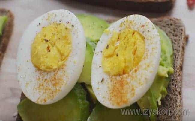 Бутерброд с авокадо и яйцом можно посыпать специями по вкусу.