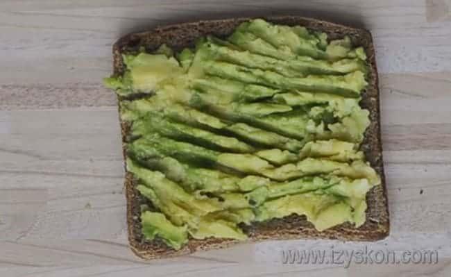 Намазываем получившейся пастой хлеб.
