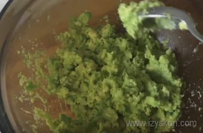 Мякоть авокадо измельчаем блендером в пасту.