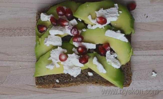 Бутерброд с авокадо и творожным сыром можно также посыпать зернами граната.