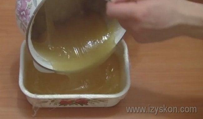 Перекладываем массу в судок, застеленный пищевой пленкой.