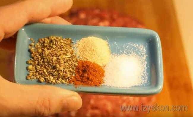 Фарш для котлет перемешиваем с солью и специями.