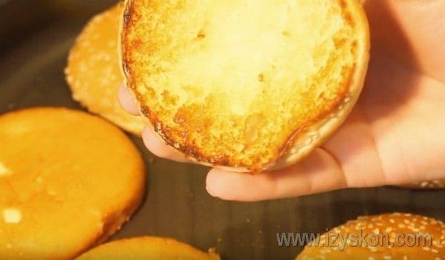 На срезе обжариваем булочки до румяности.