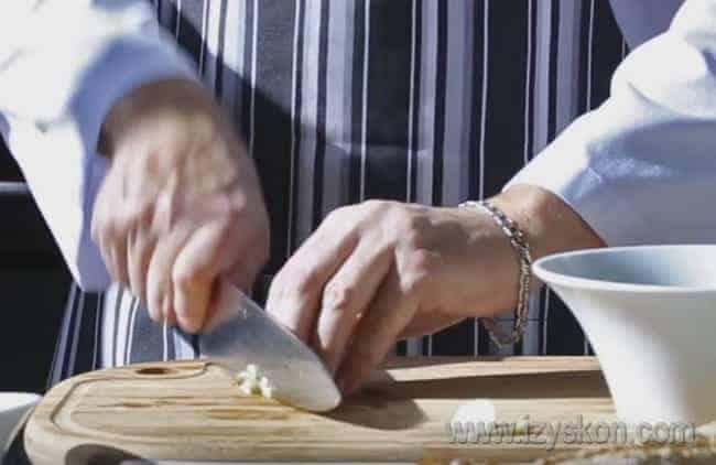 Измельчаем чеснок и добавляем его к огурцу.