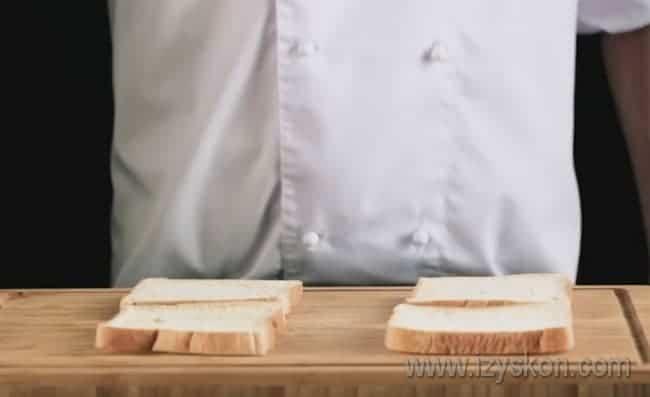 Подготавливаем кусочки тостерного хлеба.