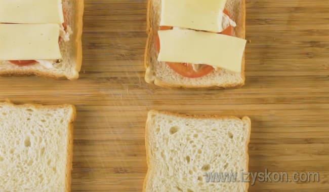 На хлеб кладем кружочки помидора, кусочки куриного филе и сыра.