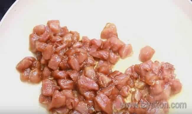 Выкладываем мясо на сковороду и жарим до появления сока.