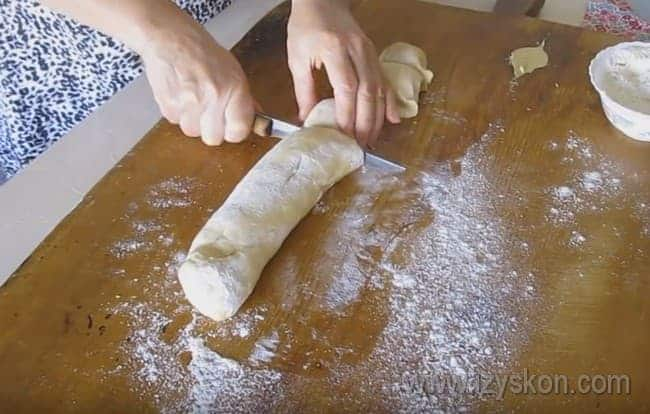 Тесто скатываем в колбаску и нарезаем ее на небольшие кусочки.