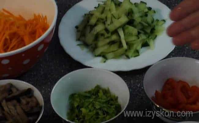 Вот такие ингредиент входят в рецепт фунчозы по-корейски с овощами.