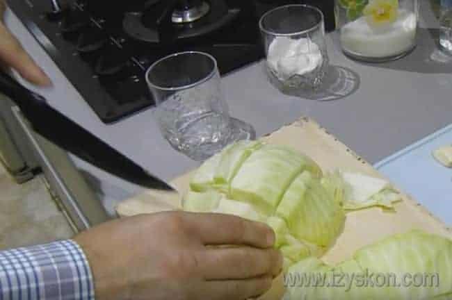 Чтобы приготовить капусту по-корейски по классическому рецепту, разрезаем вилок пополам и режем вот на такие небольшие кусочки.