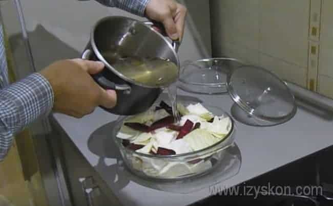 Заливаем овощи маринадом.