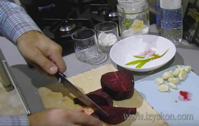 Затем нарезаем брусочками свеклу.