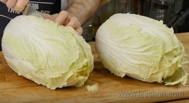 Разрезаем каждый кочан пекинской капусты пополам.