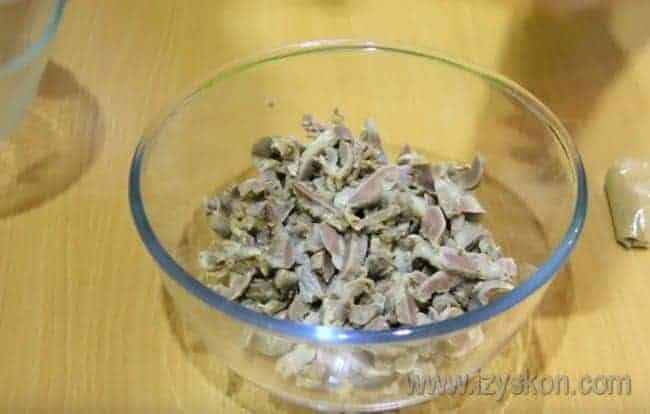 Отваренные желудочки режем соломкой.