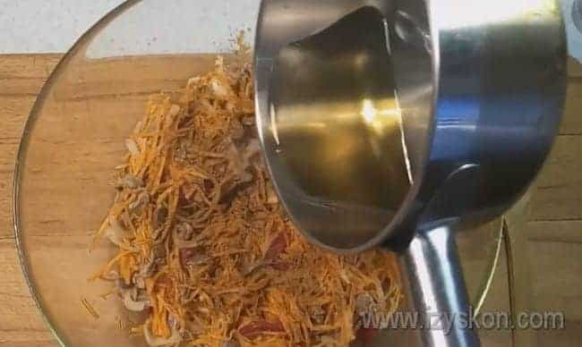 Добавляем в салат разогретое на сковороде растительное масло.