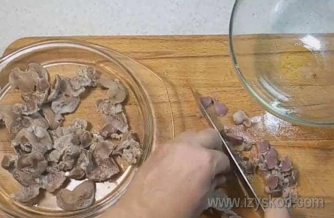 Отваренные желудочки режем кусочками.