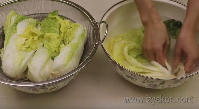 Затем промываем капусту и складываем в дуршлаг, чтобы с нее стекла жидкость.