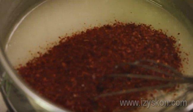 Добавляем в этот кисель сахар и красный молотый перец.
