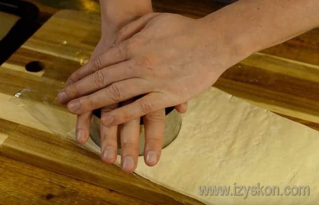 Из слоеного теста вырубкой или стаканом вырезаем кружочек.