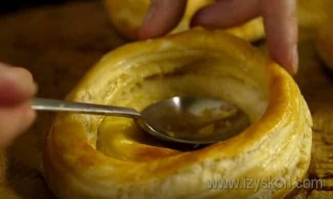 Если при выпечке у такой тарталетки вздулось дно, его можно просто осторожно придавить ложкой перед тем, как наполнять начинкой.