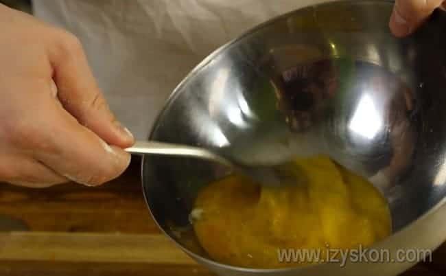 Взбиваем оно-два яйца.