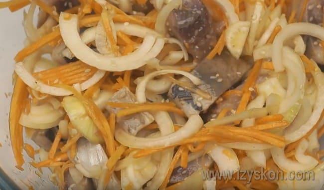 По такому рецепту можно приготовить также селедку по-корейски с томатом.