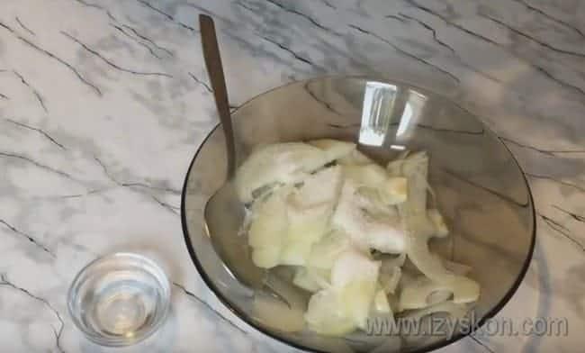 Добавляем к луку также соль.