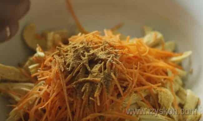 Приправляем салат кориандром и молотым красным черным перцем.