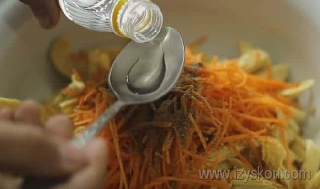 Заправляем салат уксусом.