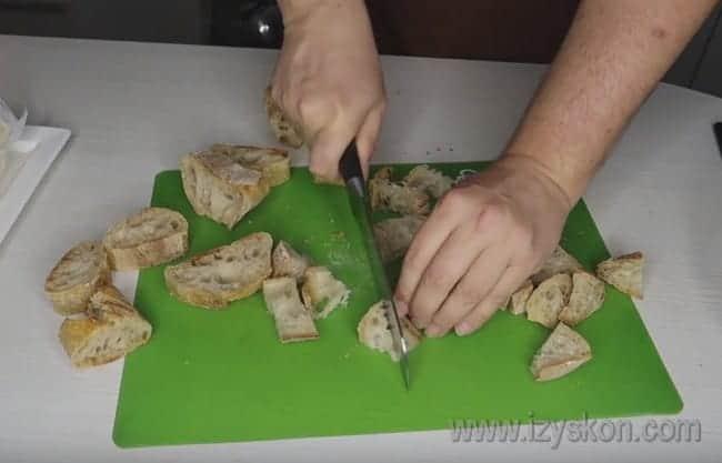 Сначала подготовим то, с чем едят сырное фондю: нарежем кусочками багет.