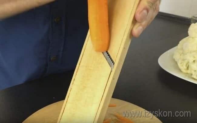 На терке для корейской моркови трем морковку.