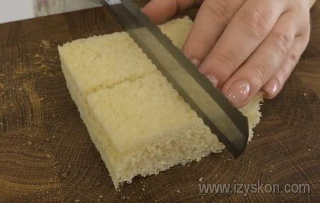 Каждый ломтик хлеба разрезаем на 4 части.
