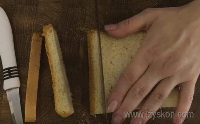 Чтобы сделать канапе, отрезаем корочки у тостерного хлеба.