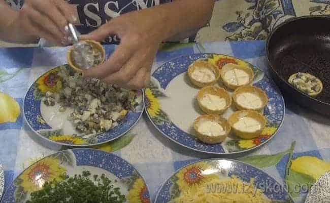 Начиняем тарталетки грибной массой.