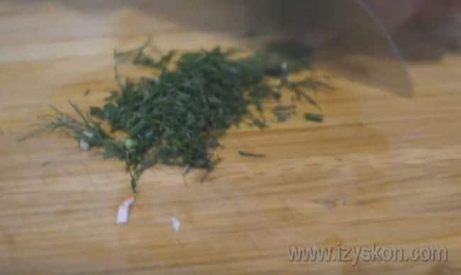 Мелко режем свежий укроп.