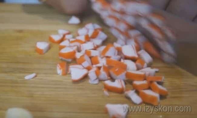 Нарезаем или трем на терке крабовые палочки.