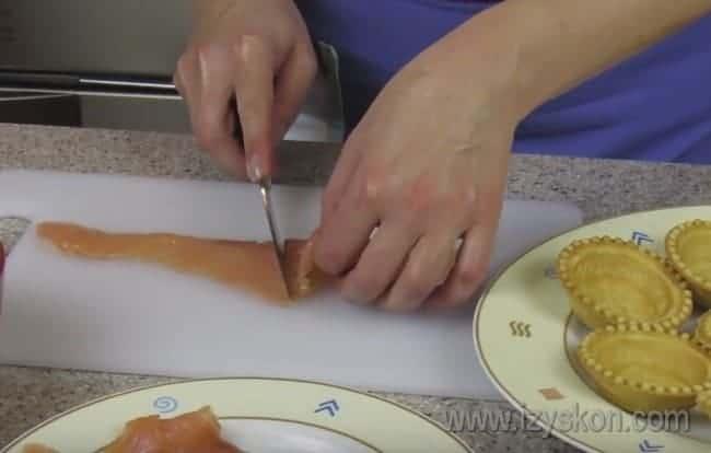 А вот простой рецепт тарталеток с семгой и творожным сыром.