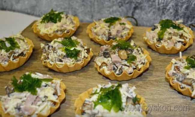 Как видите, тарталетки с курицей и грибами по такому рецепту готовятся очень просто.