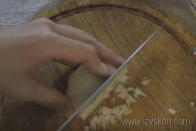 Нарезаем мелко репчатый лук.