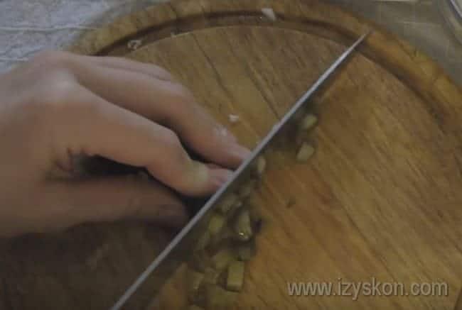 Измельчаем соленые огурцы.