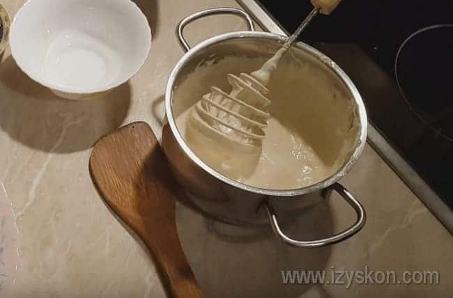 В готовый соус добавляем соль и перец по вкусу.