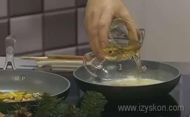 Добавляем в соус белое вино.