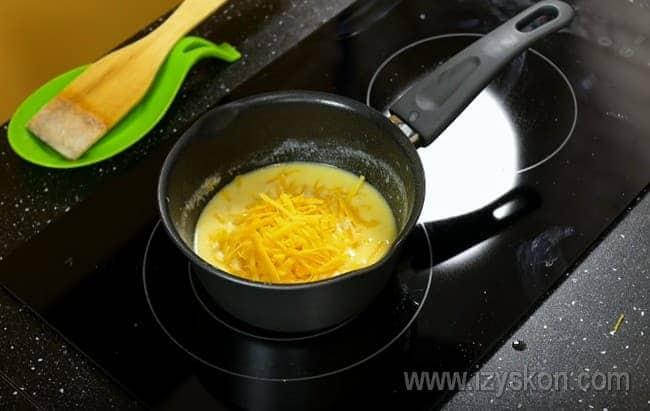 Добавляем в соус натертый на терке сыр.
