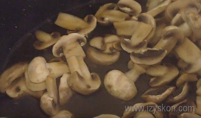 Вкладываем грибы на сковороду с растительным маслом и жарим до полного испарения жидкости.
