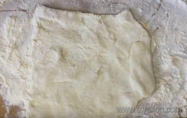 Слоеное тесто режем квадратиками.